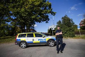 Polisen har spärrat av ett större område under tiden som rekonstruktionen pågår på den misstänkta mordplatsen.