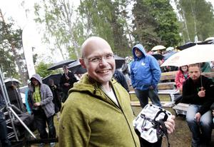 """Lars """"Groven"""" Berg kammade hem pris för sin insats i lördagens upplaga av krysset. – Det känns roligt, men det var lätt i dag. Det var jätteroligt att träffa Anders. Roligt att få ett ansikte på rösten man hör varje lördag."""