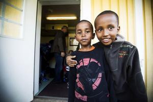 Isak och Ismail är två förskolebarn som nu snabbare ska lära sig svenska.