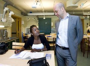 Thelma Andersson i samspråk med statsminister Fredrik Reinfeldt.