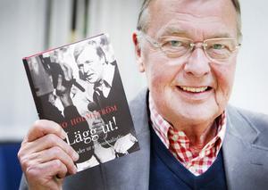 """""""Lägg ut!"""" heter Bo Holmströms bok. Det skrek han när en bomb exploderade under gisslandramat på västtyska ambassaden i Stockholm 1975 och han väntade på att direktsändningen skulle börja. Men det lades aldrig ut, utan bandades och har visats i efterhand."""