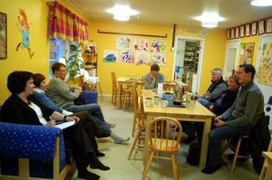 Politiker i kommunstyrelsen, förvaltningschefer och näringslivskontoret besökte föräldrakooperativet Myltan i Sveg under näringslivsveckan.Foto: Carin Selldén