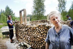 Marjo Marthin arrangerar kursen i lerhusbygge i Järbo. Hon berättar att folk kommer från hela landet för att lära sig mer om ekologiska byggnadstekniker. Bakom henne jobbar Michael Palmgren på ett kubbhuskapell.