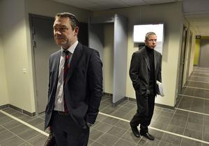Försvarsadvokat Fredrik Lindberg mötte kammaråklagare Jens Göransson i tingsrätten när 24-åringen häktades under torsdagen.