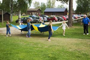 Ljusdals scouter bar flaggan till hembygdsgården i Ljusdal.