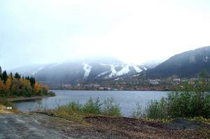 Stora delar av oljan har runnit utmed fjärrvärmeledningen ner mot Åresjön, till vänster på bilden.