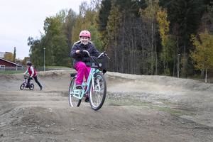 Alla cyklar passar bra i pumptracken. Det bevisar Emma Svan.