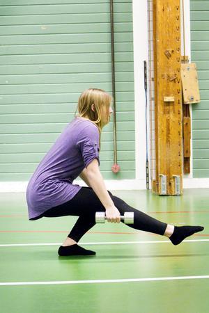 Idrottsprofessorn säger: RÄTT!– Här tränas benmuskulaturen och balansen. Man använder bålmusklerna och den egna vikten. Man behöver inte använda hantlar utan kan använda väskor.På bilden Lousie Lundblad.