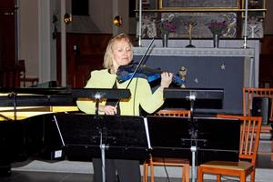 OBS, BESKÄR GÄRNA DENNA BILD!Katarina Andreassons elfiol och Björn J:son Linds synteziser mötte akustiken i Nora kyrka. Konserten hette Islossning i Noranatt.