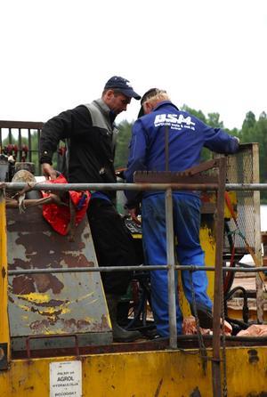 Felsökning. Stefan Blomkvist till vänster och hans farbror Börje Blomkvist försöker lokalisera felet på pråmen (Foto: CHRISTER KLOCKARÅS)