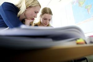 Frida Christiansson (till vänster) är en av de frivilliga som varje onsdag infinner sig för att dela med sig av sin matematiska kunskap.