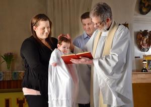 Nöjd. Elin, som var pigg och glad under dopakten, hade full koll på vad prästen Dan Henriksson gjorde.