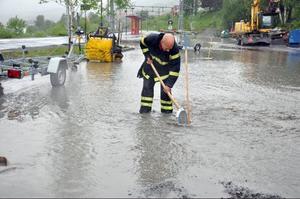 På stationsområdet nedanför Åre bilverkstad var det stopp i dagvattentrummorna och vattnet svämmade över. Problemet tilltog när det började regna igen.