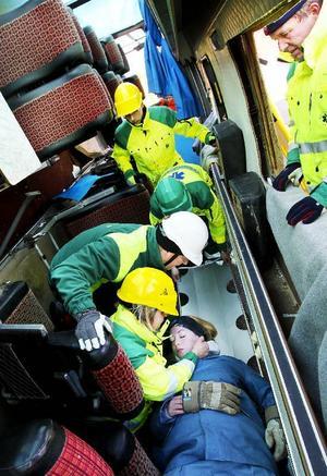 Det är trångt och besvärligt i bussarna. Det krävs att ambulanssjukvårdarna tänker igenom hur de på bäst och snabbaste sätt kan få ut den skadade.De har till exempel olika sorters bårar de kan använda samt nackkragar, Ked-västar, som också används för att stabilisera den skadade.