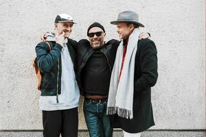 Mikael Reuter (mitten) och Mikael Genberg (till höger) samarbetar då och då. Som i våras, när de tillsammans med Tony Lorenzi ställde ut i Virsbo konsthall. (Arkivbild.)