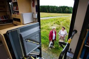 Ester Östman och Vanja Andersson besöker bokbussen regelbundet och tycker den nya bussen med utsmyckningar är väldans fin.Foto: Ulrika Andersson