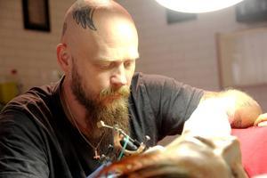 Fler och fler lockas till Tomas tatueringsstudio. Här är det Emma Lundell som blir tatuerad.