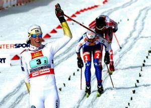 Lina Andersson gjorde en mycket stark sistasträcka och åkte från konkurrenterna i klungan till ett VM-silver. Åt Finland gick inget att göra. De var överlägsna redan från första sträckan.