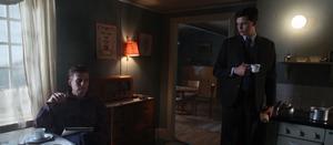 Inre drama. Relationen mellan Simon (Bill Skarsgård) och hans far (Stefan Gödicke) är ett av många problem som tynger den unge mannens sinne. Gestaltat bildmässigt storslaget i svenska eposet