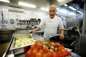 David Falk har både jobbat i restaurangbranschen och med skolmåltider. – Vi borde köpa in mer lokalproducerat, säger han.