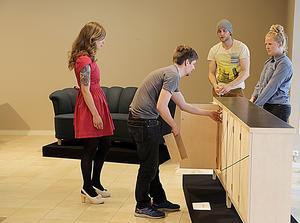 Kim Adolfsson längst till höger på bilden  är möbelsnickaren som gjort detta skåp,