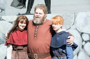 Ronja (Sofia Göransson), Mattis (Tony Könberg) och Birk (Jonathan Norberg).