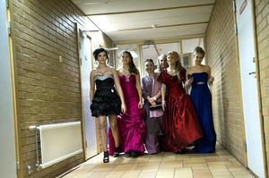 Den ena tjusiga balklänningen efter den andra. Haraldsboskolan var fylld med vackra damer i går kväll.