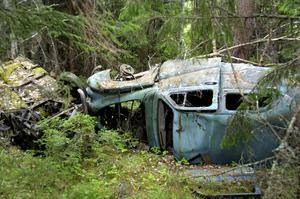 Två fastighetsägare i kommunens västra delar riskerar höga viten om de inte avlägsnar de omkring 60 fordonsvrak som ännu finns kvar på deras marker.