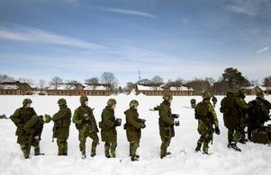 Värnpliktiga soldater i väntan på utfodring.