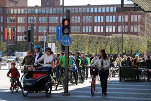 Andra halvan av paraden fick vänta vid rött ljus innan de kunde ge sig iväg på cykelbanorna genom Västerås centrum.