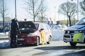 Bilen undersöktes av polis innan den kort därefter bogserades från platsen.