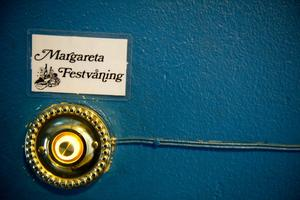 Festsignal. det är många örebroare som ringt på den här ringklockan innan de klivit in till en fest.