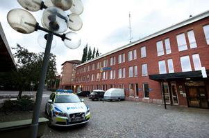 Justitieombudsmannen har nu beslutat att granska Borlängepolisen i två ärenden där personer under utredning ansett sig blivit illa behandlade.