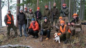 Ett 20-tal nybörjare och några hundförare på den jakt som ordnades på Andersön i fredags.