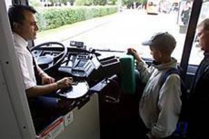 Foto: Nick Blackmon  Börjar vänja sig. Nias Ahmad är en av dem som kör Swebus nya Volvobussar. Han upplevde en hel del problem i början, men nu tycker han att bussen är jätteskön att köra. Det enda större problemet är att backspegeln sitter för högt, tycker han.