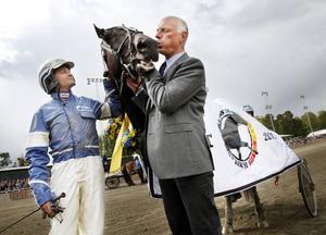 Jämtlands Stora Pris med 750 000 kronor i förstapris brukar attrahera färgstarka startfält. Här är kusken Erik Adielsson och tränaren Stig H Johansson tillsammans med segrande Formula One efter 2012 års upplaga. Nytt för 2015 är att V75-tävlingarna i Östersund är tänkta att köras på kvällstid.