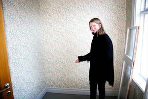 Anna Karin Sundqvist visar det minsta rummet i huset. Det var här gästgivaren Lisa hade sitt eget lilla kryp in.