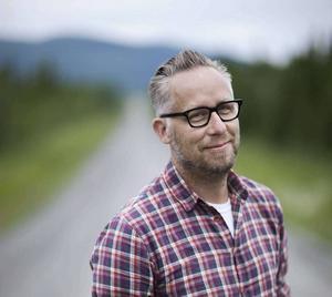 """Po Tidholm är journalist, författare till boken """"Norrland"""", och kultursidans Norrlandskrönikör."""