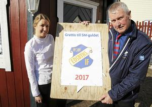 Fanny Gunnarsson tillsammans med Edsbyns sportchef Stefan Karlsson.