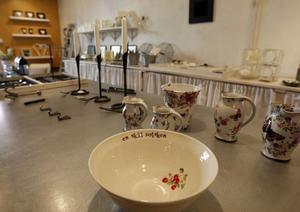 Skålen och muggarna har Anna Wrigstad, Lottefors, tillverkat.
