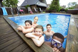 Bästa Poolare. Grannbarnen Laurent Gashi, 10, Elsa Matohanac, 9, Olivia Södergran, 6, Elias Matohanac, 11, och Amiin Burhaan, 13, är glada över att dela pool med varandra.