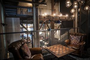 Trä, metall och läder. Bordet ska förses med stora schackpjäser.