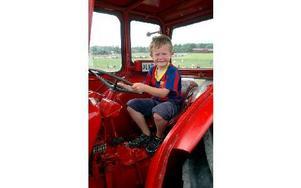 Sjuårige Adam Hedblom passade på att provsitta en BM traktor, innan dess hade han hunnit med att klappa får och kolla på traktorrace.FOTO: MIKAEL ERIKSSON