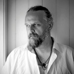 Peter Hallström kommer till Riseberga Bönhus lördag 30 maj. Han har bland annat skrivit