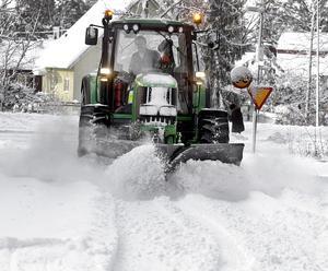 Ovanlig syn i år. Mycket snö i januari och februari förra året drar ner resultatet. Men årets vinter har inte medfört några stora kostnader för snöröjningen. Foto: Alf Pergeman/arkiv