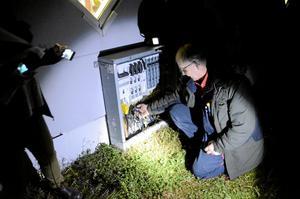 Ute vid Trafikcenter i Kvarntorp jagades det eltjuvar i ficklampans sken. Här har Peter Karlsson gjort en upptäckt i proppskåpet.