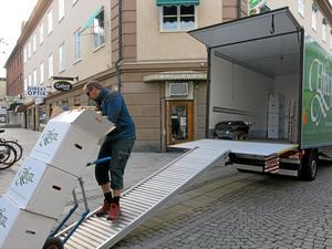 Det är inte smidigt att göra en flytt i centrum. Den här gången måste Mikael Eriksson och hans kolleger köra kärran ett 70-tal meter mellan bostadshuset och flyttbilen.