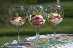 HÄRLIG BLANDNING. Varva ingefärsmarinerade jordgubbar med mynta, lemon curd, vispad grädde och cookies. Kan inte slå fel!