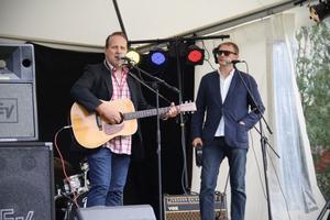 Sigge Hill, tillsammans med sin hemliga gästartist Magnus Carlsson, var först ut på scenen på onsdagseftermiddagen.