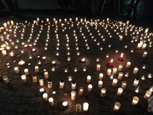 Så här såg ljusmanifestationen på Mariatorget i Stockholm ut.